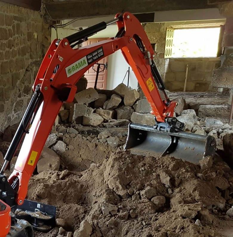 Miniexcavadora obras en interior Rama