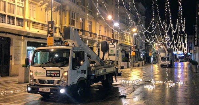 Camión cesta instalando luces de Navidad en A Coruña